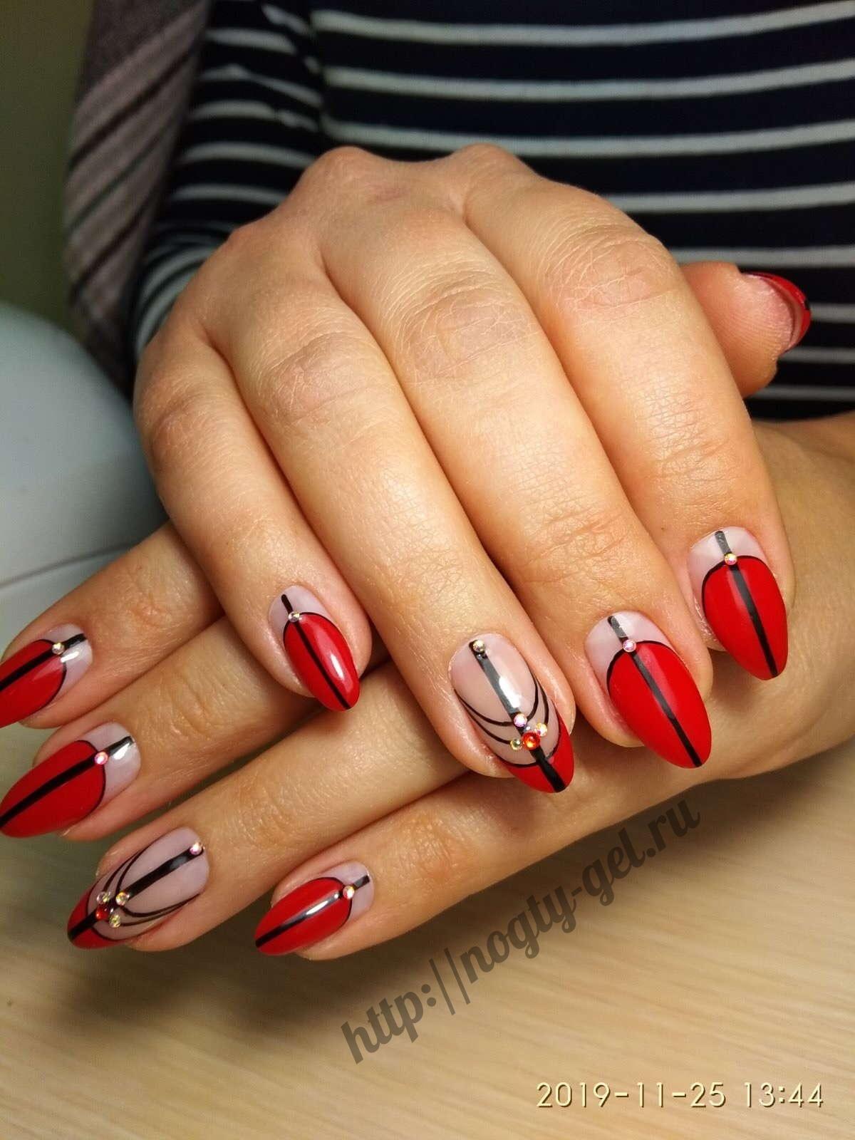 Красные гель ногти.